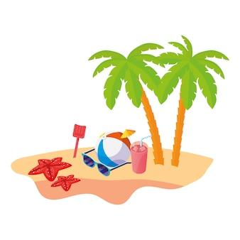 Scène de plage d'été avec palmiers et jouet ballon
