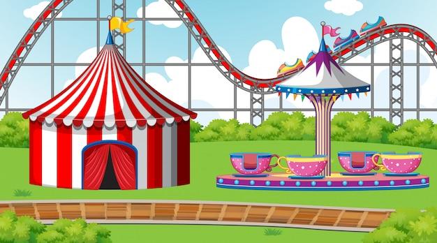 Scène avec roller coaster et spinning cup dans la foire