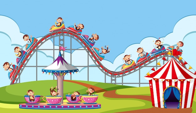 Scène avec des singes à cheval sur des manèges de cirque dans le parc