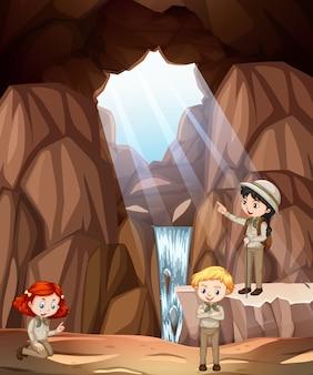 Scène avec trois enfants explorant la grotte