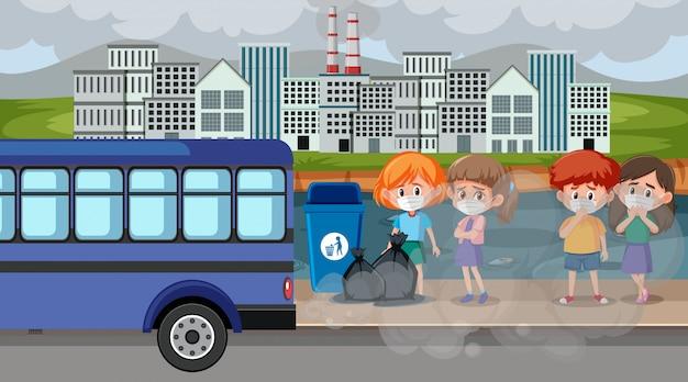 Scène de la ville avec la pollution de l'air et de nombreux enfants portant des masques