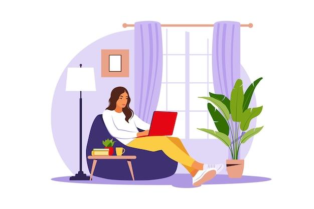 Séance femme, à, ordinateur portable, sur, chaise poire