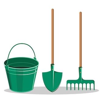 Seau de jardinage, pelle verte et râteau sur blanc