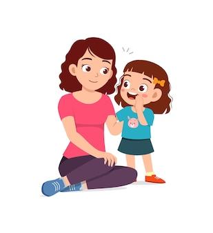 Secret de chuchotement de jeune femme avec la petite fille mignonne