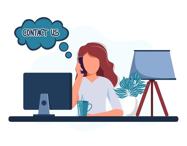 Secrétaire femme assise à un bureau répondant à un appel