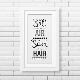 Sel dans le sable de l'air dans mes cheveux - citation de fond typographique dans le cadre blanc carré réaliste sur le fond de mur de briques.