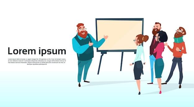 Séminaire sur l'équipe de gens d'affaires avec tableau à feuilles mobiles