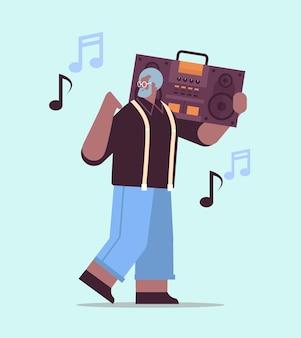 Senior african american man with bass clipping ghetto blaster recorder écoute de la musique grand-père s'amusant concept de vieillesse actif illustration vectorielle pleine longueur