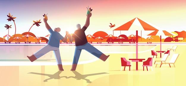 Senior couple dancing old african american man and woman s'amusant concept de vieillesse active
