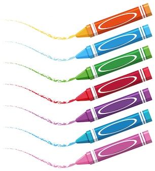 Sept crayons de couleur différente sur fond blanc