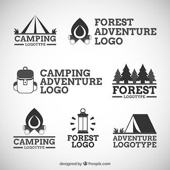 Sept logos de l'aventure et le camping dans la forêt