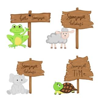 Sertie d'animaux mignons près de panneau en bois avec les inscriptions