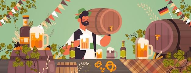 Serveur tenant un tonneau de bière et une tasse oktoberfest party