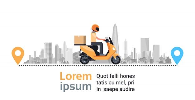 Service de livraison de moto, scooter d'équitation de courrier d'homme avec un colis sur une grande ville en silhouette