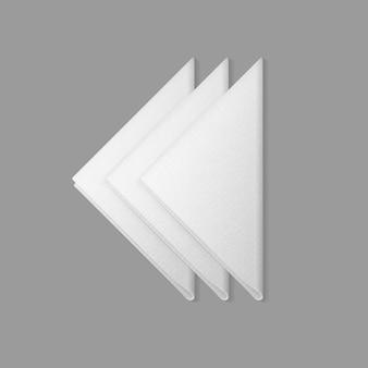 Serviettes triangulaires pliées blanches vue de dessus sur fond. réglage de la table