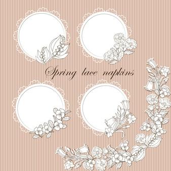 Serviettes vintage en dentelle et éléments de design ornés de fleurs.