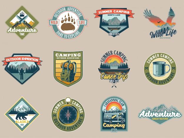 Set collection vintage coloré camping voyage aventure emblèmes avec aigle tente montagnes rivière campeur ours sauvage feu de camp hache forêt. conception d'autocollants badges illustration de voyage hipster américain.