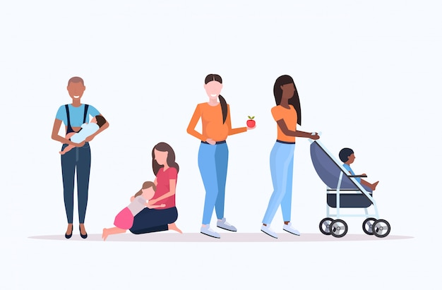 Set mix race femmes avec petits enfants grossesse concept de maternité collection personnages de dessins animés féminins pleine longueur horizontale