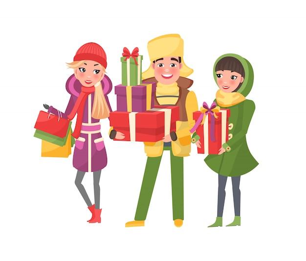 Shopping de noël avec des gens heureux avec des cadeaux