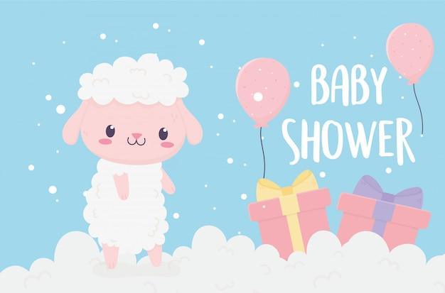 Shower de bébé mignon petit mouton dans les nuages avec des cadeaux et des ballons