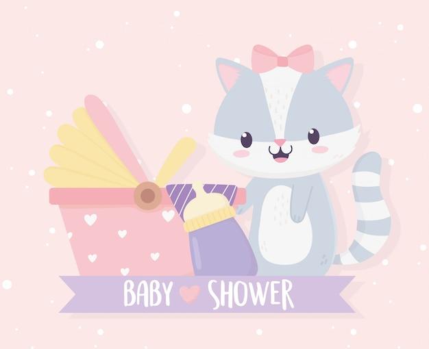 Shower de bébé mignonne petite fille de raton laveur avec bouteille de lait et ruban de landau