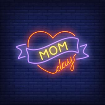 Signe au néon de jour de maman. coeur rouge vif avec ruban. publicité lumineuse de nuit.