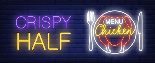 Signe au néon menu poulet. assiette de poulet rôti et demi-inscription croustillante.