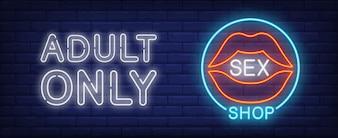 Signe au néon sex shop. Ouvrez les lèvres féminines sensuelles en cercle bleu.