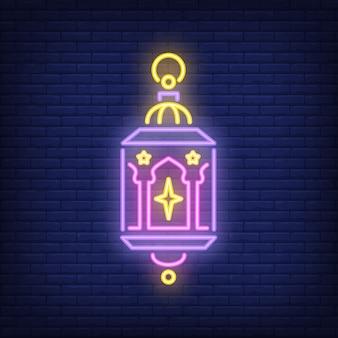 Signe au néon vintage lanterne ornée. lampe ramadan avec des étoiles sur fond de mur de brique sombre.