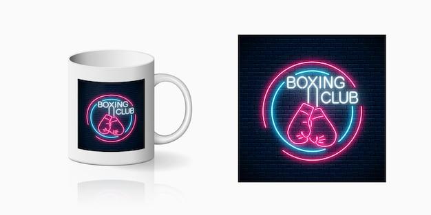 Signe de club de boxe néon lumineux dans des cadres de cercle pour la conception de la coupe. conception d'enseigne au néon de club de combat dans un style néon sur une maquette de tasse.