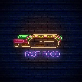 Signe de restauration rapide au néon brillant avec hot-dog pressé sur fond de mur de briques sombres. symbole de livraison rapide dans un style néon. illustration de concept de livraison de nourriture. vecteur.
