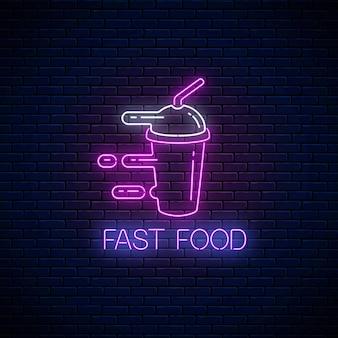 Signe de restauration rapide au néon brillant avec smoothie pressé sur fond de mur de briques sombres. symbole de livraison rapide dans un style néon. illustration de concept de livraison de nourriture. vecteur.