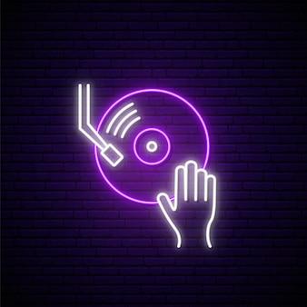 Signe de vinyle néon dj main sur table de mixage vinyle