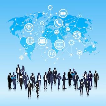 Silhouette business people group icônes de médias sociaux sur le réseau de fond carte monde