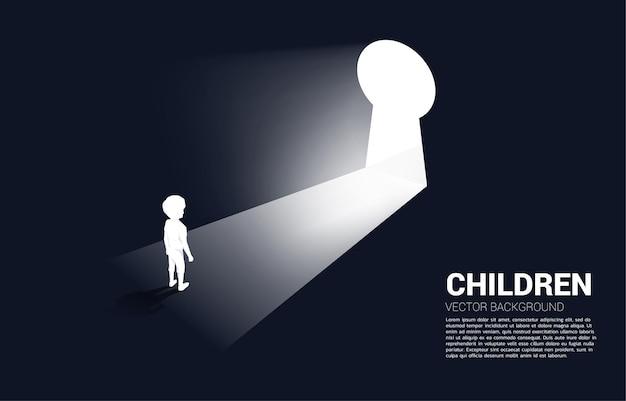 Silhouette d'enfant prêt à déménager à la porte du trou de la serrure. bannière de l'éducation et de l'apprentissage des enfants.