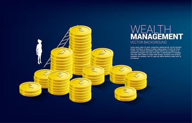 Silhouette de femme d'affaires debout avec pile de pièces et échelle. bannière d'investissement de réussite et de croissance des affaires