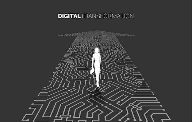 Silhouette de femme d'affaires debout sur le point de flèche connecter le style de carte de circuit imprimé. bannière de la transformation numérique de l'entreprise.