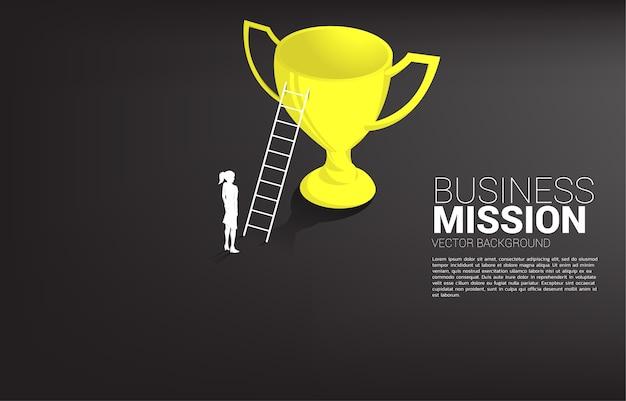 Silhouette de femme d'affaires avec échelle en haut du trophée de champion. concept de mission de vision et objectif de l'entreprise