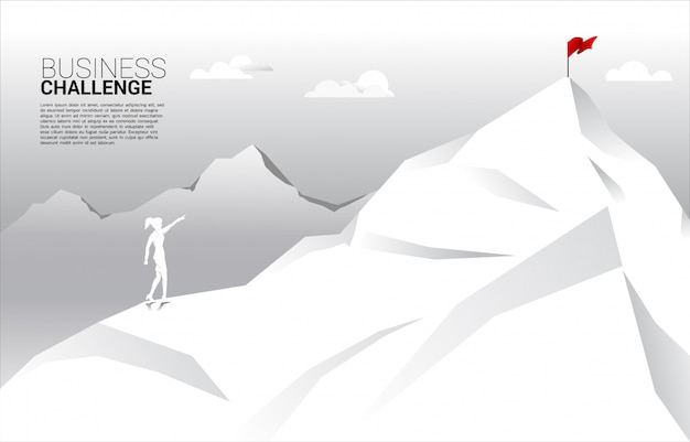 Silhouette de femme d'affaires pointez pour marquer au sommet de la montagne. concept de route vers le succès. objectif mission vision succès dans le cheminement de carrière.
