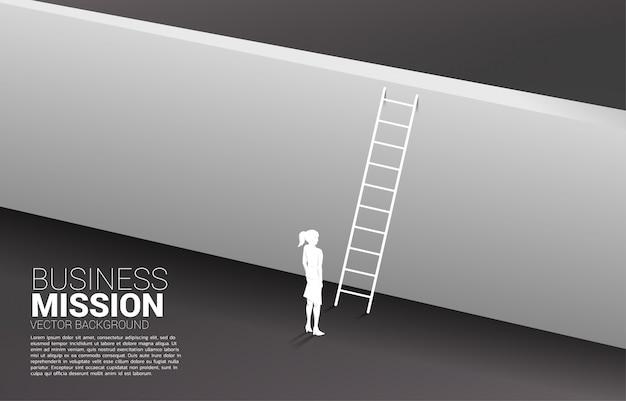 Silhouette de femme d'affaires prête à traverser le mur avec une échelle.