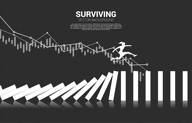 Silhouette de femme d'affaires sautant loin sur effondrement domino. concept d'entreprise de perturbation des affaires et effet domino