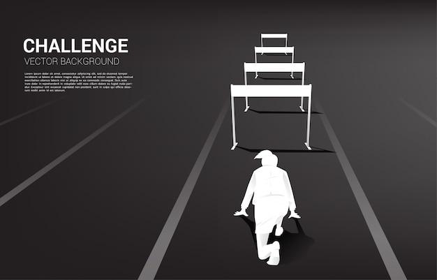 Silhouette femme prête à courir à travers obstacle obstacle