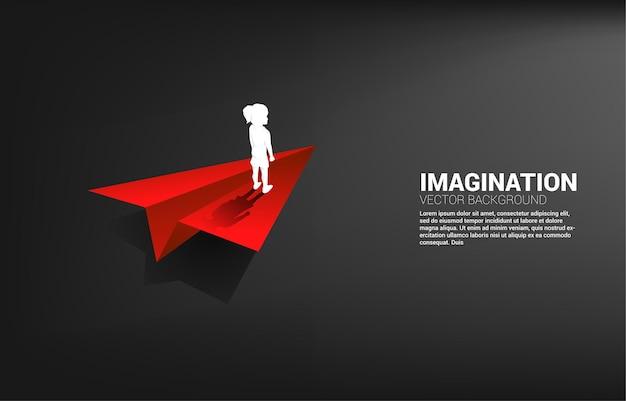 Silhouette de fille sur avion en papier origami. concept d'imagination et d'éducation des enfants.