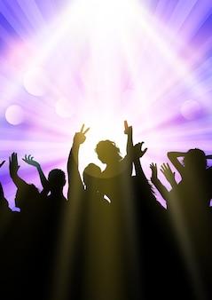 Silhouette d'une foule de fête sous les projecteurs