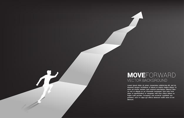 Silhouette d'homme d'affaires en cours d'exécution sur la flèche du graphique de croissance.