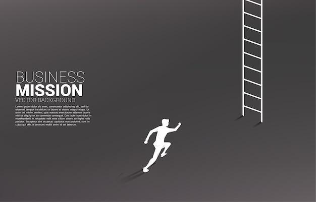 Silhouette d'homme d'affaires en cours d'exécution pour monter avec échelle.