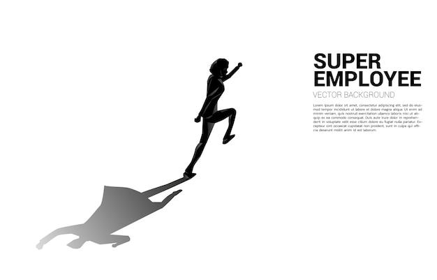 Silhouette d'homme d'affaires en cours d'exécution et son ombre de super-héros.concept d'autonomiser le potentiel et la gestion des ressources humaines