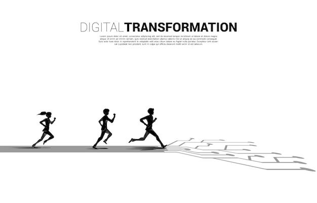 Silhouette d'homme d'affaires et de femme d'affaires courant sur le chemin avec un circuit de ligne de connexion par points. concept de transformation numérique de l'entreprise.