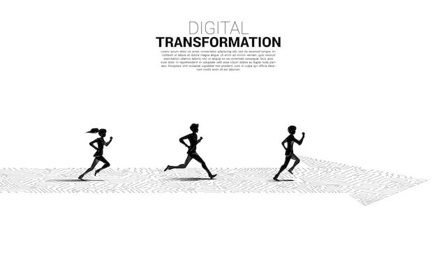 Silhouette d'homme d'affaires et de femme d'affaires s'exécutant sur le chemin de la flèche avec un circuit de ligne de connexion par points. concept de transformation numérique de l'entreprise.