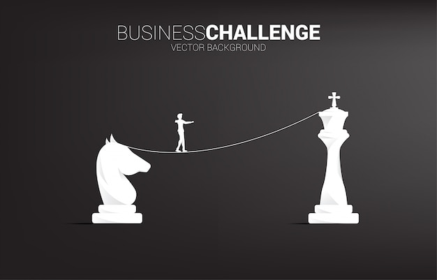 Silhouette d'homme d'affaires marchant sur le chemin de corde à pied de chevalier aux échecs roi.